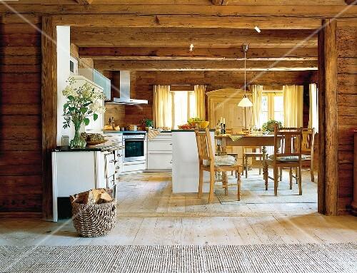 Rustikale offene Küche mit Eßplatz – Bild kaufen - 10215770 ...
