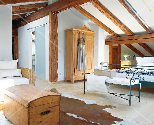 Schlafzimmer Unterm Dach, Truhe, Kuhfell, Offene Dachbalken