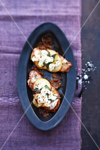 Gratinated pork escalope with sliced apples and goat's cheese