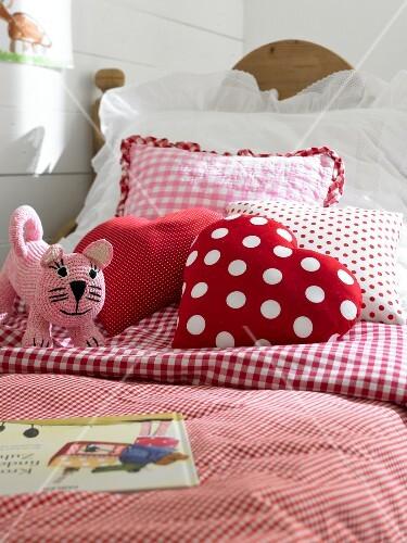 Kinderbett Bettwäsche Rot Weiß Kariert Und Gepunktet Bild Kaufen