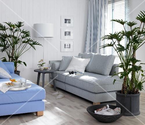Wohnzimmer, Zwei Recamieren, Wand  Paneele In Weiß, Grünpflanzen