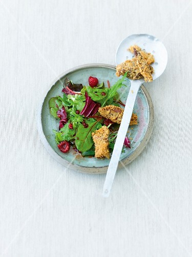 Crispy duck on salad with raspberries