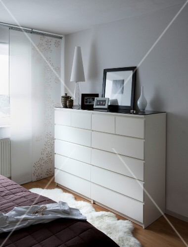 Weisse Kommode In Schlafzimmer Deko Objekte Bild Kaufen 10236788