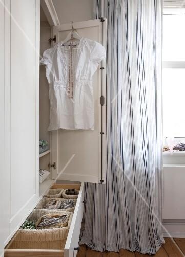 Schlafzimmer im skandinavischen Stil Kleiderschrank im Detail – Bild ...