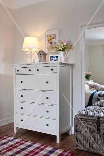 Schlafzimmer Im Skandinavischen Stil Dekorierte Kommode Spiegel