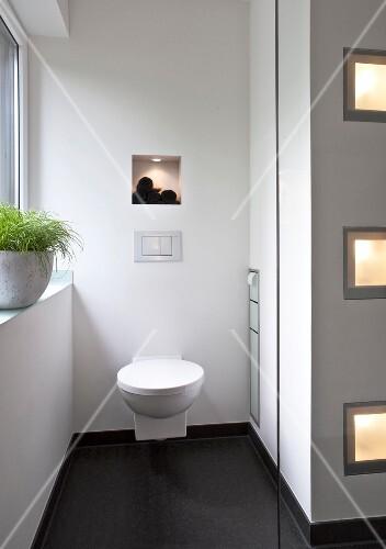 WC In Einer BadezimmerNische Beleuchteter Einbauschrank Bild - Badezimmer einbauschrank