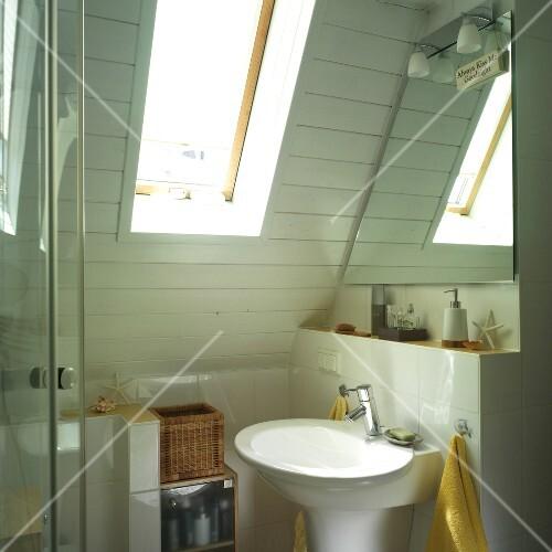 Siedlungshaus: Kleines Badezimmer mit Dachschräge – Bild kaufen ...
