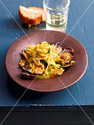 Linguine with clams and saffron