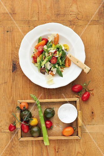 Asparagus salad with tomatoes and pecorino (seen from above)