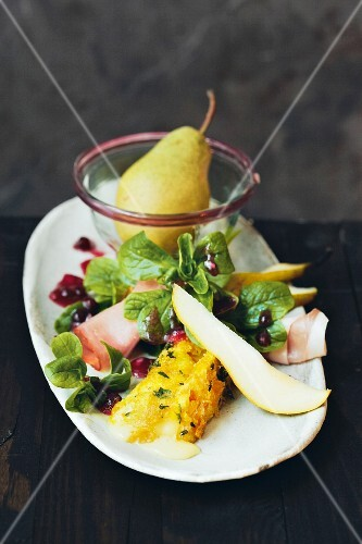 Lambs lettuce with brie, ham, pears and a cranberry dressing