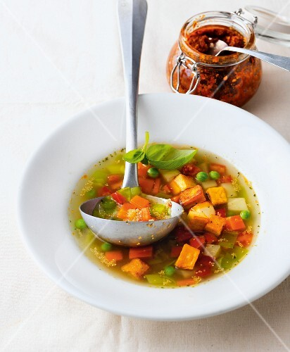 Express cooking: amaranth soup with smoked tofu