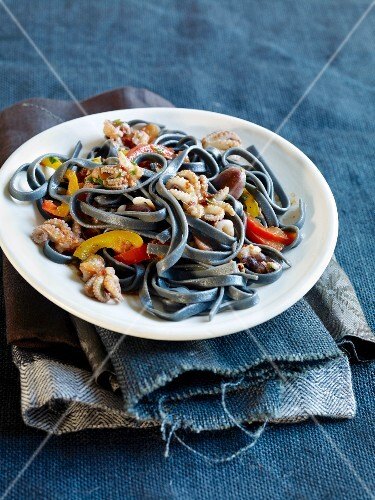 Sepia noodles with squid and peppers