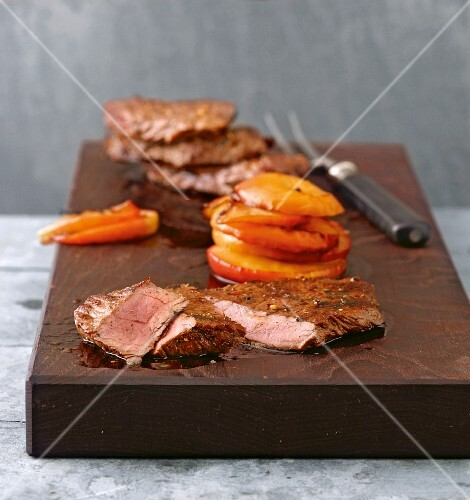 Spiced steaks with apple slices