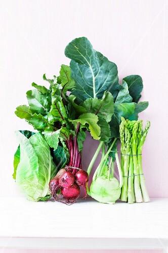 Gemüsestillleben mit Rote Bete, Spargel, Spitzkohl & Kohlrabi