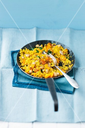 Saffron bulgur with carrots, dried apricots and chickpeas
