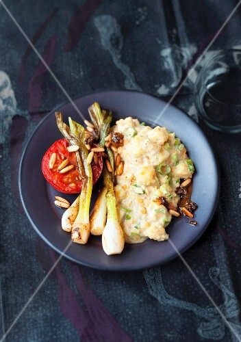 Creamy lentil medley with grilled spring onions and tomatoes