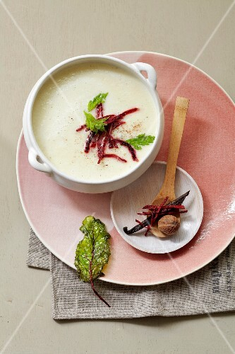 Cream of black salsify soup with vanilla and nutmeg