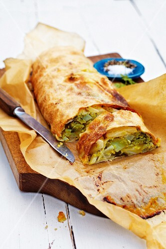 Broccoli, fennel and kohlrabi vegetable strudel