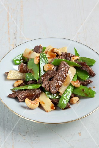 Stir-fried beef with bamboo shoots and mange tout