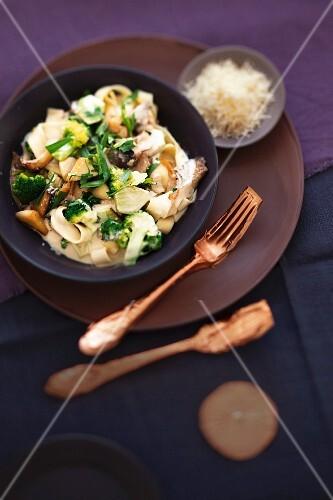A cabbage dish for the winter: tagliarini pasta with broccoli and porcini mushrooms