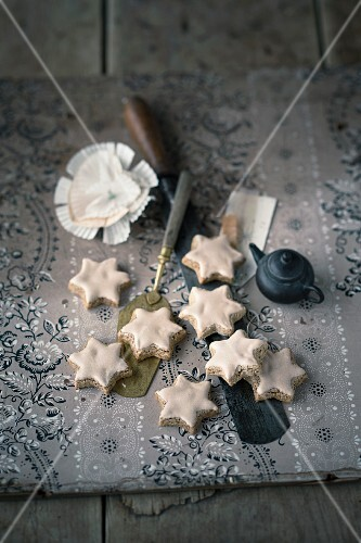 Mocha and walnut stars with icing sugar