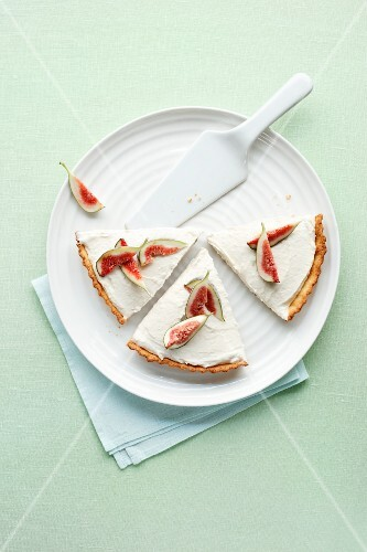 Fig tart with a white bean and almond cream (seen from above)