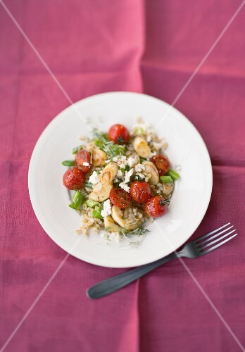 Fried parsnip and tomatoes with wheat (seen from above)