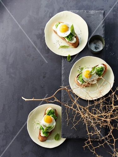 Pea crostini with fried quail's eggs (seen from above)