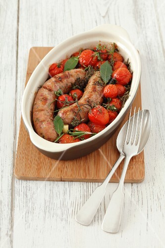 Sausages with cherry tomatoes, rosemary and thyme