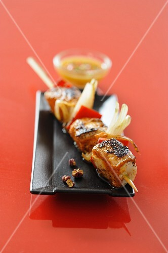 Chicken kebabs with peppers and mango sauce
