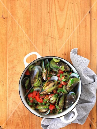 Mussels with celery (seen from above)