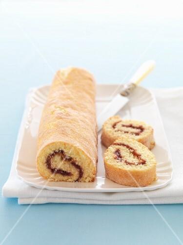 Biskuitrolle mit Marmeladenfüllung