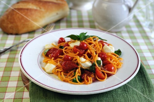 Spaghetti with cherry tomatoes, mozzarella and basil