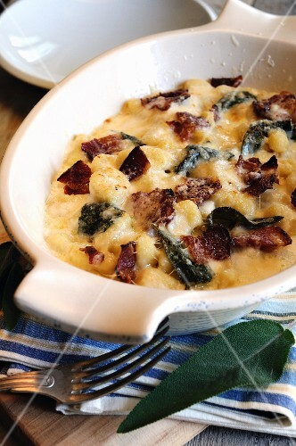 Gnocchi gratinati (gratinated gnocchi with pancetta and cheese)