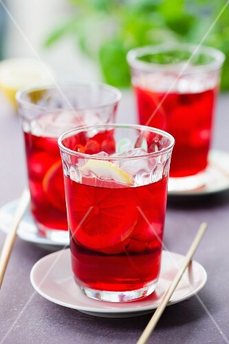 Hibiscus iced tea with lemons