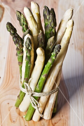 A bunch of green and white asparagus