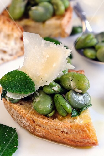 Bruschetta con le fave (toasted bread topped with broad beans, Italy)