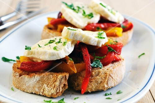 Bruschetta peperoni e caprino (toasted bread topped with pepper and goat's cheese)