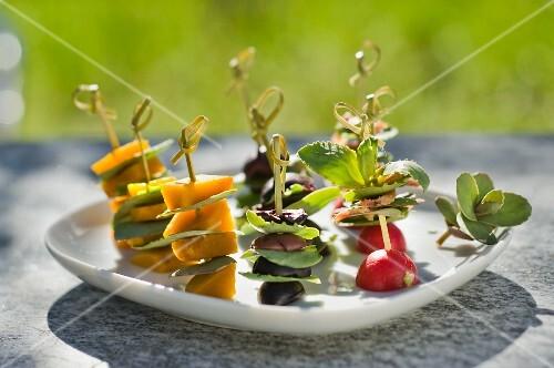Vegetable kebabs with sardines and stone crop