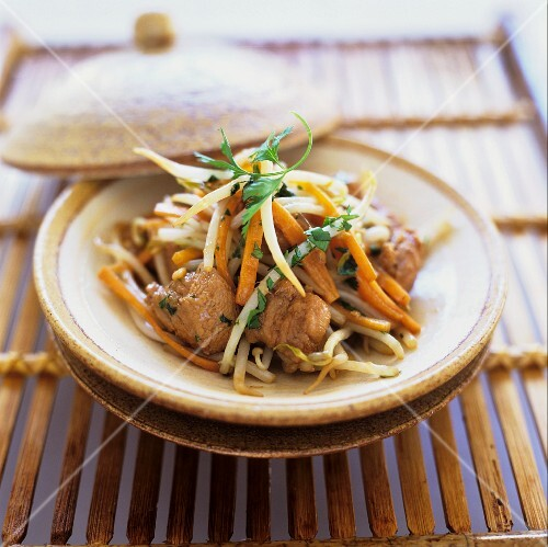 Stir-fried chicken with beansprouts, soy sauce and ginger (China)