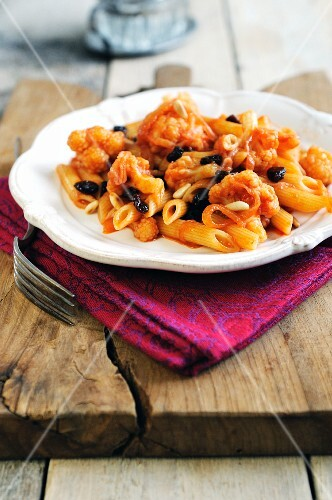 Penne pasta with cauliflower, raisins and onions