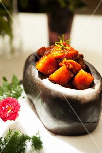 In Sojasauce geschmortes Schweinefleisch mit Abalone (China)