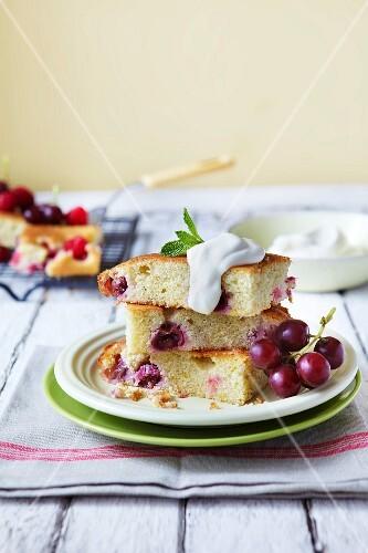 Grape and raspberry cake with cream