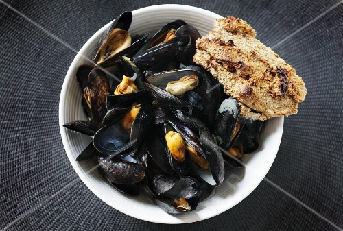 Steamed mussels with bread (Portugal)