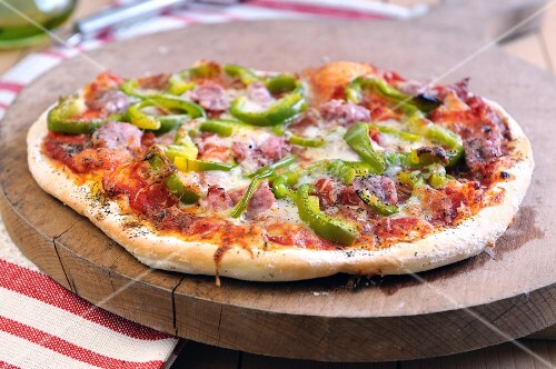 Pizza peperone e salsiccia (pizza topped with pepper and sausage)