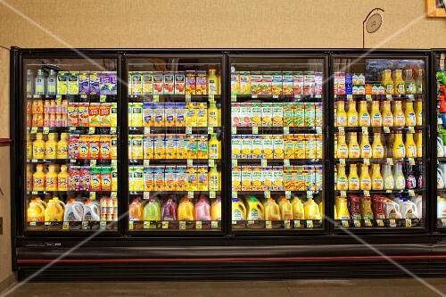 Kühlregal mit Säften im Supermarkt