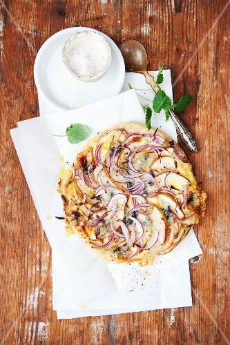 Grogonzola, pear and onion pizza