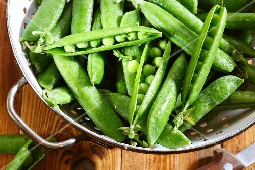 Fresh peas in a colander