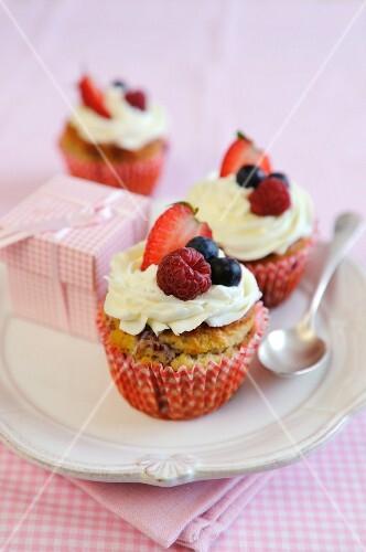 Mixed summer berry and vanilla icing cupcakes