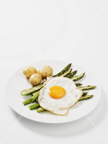 Green asparagus with new potatoes and a fried egg